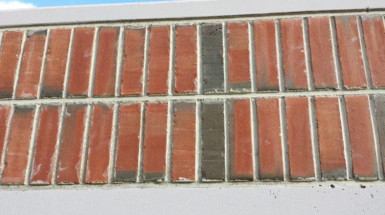 Målad vägg med ingjuten tegel